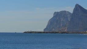Ansicht des Leuchtturmes durch das Meer nahe dem Felsen von Gibraltar spanien stock video