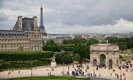 Ansicht des Louvre mit Eiffelturm Lizenzfreie Stockfotografie