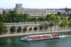 Ansicht des Louvre von der Seine Lizenzfreie Stockfotos