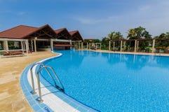 Ansicht des Luxusswimmingpools und Bar im Hintergrund im tropischen Garten Stockbild