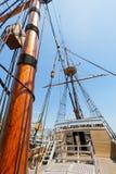 Ansicht des Mastes und Takelung auf dem hohen Segel versenden. Lizenzfreie Stockbilder