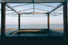Ansicht des Meeres durch einen hölzernen Gazebo Stockfotografie