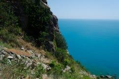 Ansicht des Meeres und der Berge lizenzfreies stockfoto