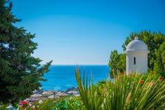 Ansicht des Meeres und der Strandschirme vom Hotel lizenzfreie stockbilder