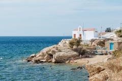Ansicht des Meeres und des kleinen Strandes mit den schwimmenden Leuten Stockfotos