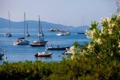 Ansicht des Meeres und des kleinen Hafens mit Motorbooten und Segelbooten Stockbild