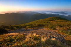 Ansicht des Meeres von den Bergen Sikhote-Alin Stockfotografie