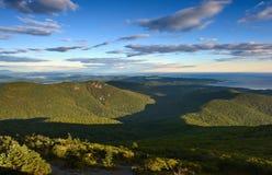 Ansicht des Meeres von den Bergen Sikhote-Alin Stockbild