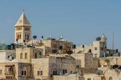 Ansicht des Minaretts und der arabischen Häuser in Ost-Jerusalem durch Palmen auf den Davidson Centerâ-€™s südlichen Schritten, J lizenzfreies stockfoto