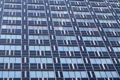 Ansicht des modernen blauen Gebäudes des Glases und des Metalls Lizenzfreies Stockbild