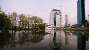 Ansicht des modernen Gebäudes des Hauses von Gerechtigkeit nahe Wasser in Batumi, Georgia stock video