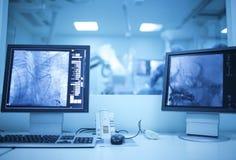 Ansicht des modernen medizinischen Röntgenstrahloperationsraums (Kathedralen-Labor) Stockfotografie