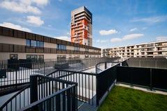 Ansicht des modernen Wohnblocks von der Terrasse Lizenzfreies Stockbild