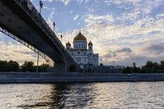 Ansicht des Moskau-Flusses, -brücke und -kathedrale von Christus der Retter in Moskau Stockfotografie