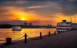Ansicht des Moskau-Kanals bei Sonnenuntergang im Sommer lizenzfreie stockfotografie