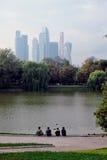 Ansicht des Moskau-Stadt-Geschäftszentrums Der Moskau-Flussdamm Lizenzfreies Stockfoto