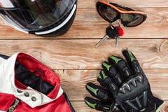 Ansicht des Motorradreiterzubehörs gesetzt auf rustikalen hölzernen Vorsprung stockbild