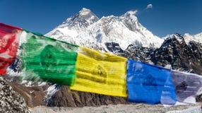 Ansicht des Mount Everests mit buddhistischen Gebetsflaggen Lizenzfreie Stockfotos