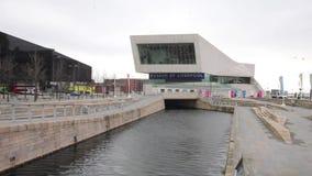 Ansicht des Museums von Liverpool in Pier Head stock footage