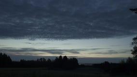 Ansicht des nächtlichen Himmels im Holz Nacht vorbei geführt Sterne und Mond SONNENAUFGANG Timelapse stock video footage