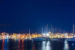 Ansicht des Nachtdammes der Stadt von Cambrils, Catalunya, Spanien Kopieren Sie Raum für Text stockbilder