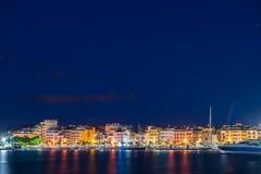 Ansicht des Nachtdammes der Stadt von Cambrils, Catalunya, Spanien Kopieren Sie Raum für Text stockbild