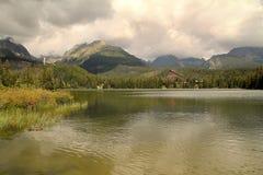 Ansicht des Nationalparkshohen Tatras-Åtrbskã© Pleso-Dorfs in Slowakei Stockfoto