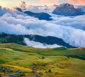 Ansicht des nebeligen Val di Fassa-Tales mit passo Sella lizenzfreies stockbild