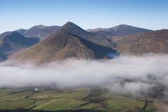 Ansicht des Nebels löschend über Newlands Tal, Cumbria Stockbilder