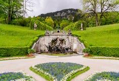Ansicht des Neptun-Brunnens und des Musik-Pavillons Linderhof-Palast, Bayern, Deutschland Lizenzfreies Stockfoto