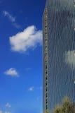 Ansicht des neuen Highrisebürogebäudes gegen blauen Himmel mit Wolkenreflexionen Stockfotos