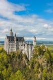 Ansicht des Neuschwanstein-Schlosses und -umgebungen im Bayern lizenzfreie stockfotografie