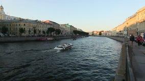 Ansicht des Neva-Flusses in der Mitte der Stadt stock footage
