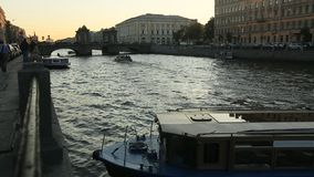 Ansicht des Neva-Flusses in der Mitte der Stadt stock video footage