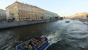 Ansicht des Neva-Flusses in der Mitte der Stadt stock video