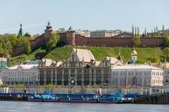 Ansicht des Nischni Nowgorods der Kreml und des Nizhne-Volzhskaya Embank Lizenzfreie Stockbilder