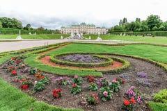Ansicht des oberen Belvedere mit Blumen Wien, Österreich Stockfotos