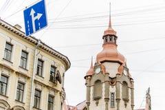 Ansicht des oberen Teiles des Haus ` Haus-Stadtbüros ` auf Sadovaya-Straße, St Petersburg, Russland stockbild