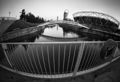 Ansicht des Olympiastadions im Olympiagelände, London, Schwarzweiss Stockbild