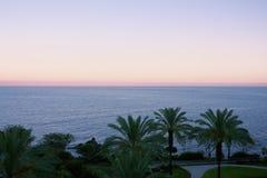 Ansicht des Ozeans in der Dämmerung nach Sonnenuntergang mit Insel Stockbilder