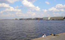 Ansicht des Palast-Dammes über Neva River Lizenzfreie Stockfotos