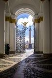 Ansicht des Palast-Quadrats, des Bogens des Generalstabs und der Alexandrian Spalte mit einem Engel durch ein Tagebaugusseisentor Stockbilder