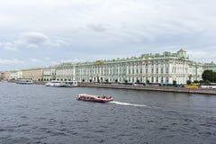Ansicht des Palastdammes und des Einsiedlerei-Palastes Der Damm des Neva-Flusses, St Petersburg Stockbild