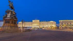 Ansicht des Palastes und des Monuments Mariinsky zu Nikolay I von Isaacs quadratischem Tag zu Nacht-timelapse hyperlapse heiliger stock video footage