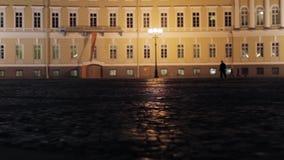 Ansicht des Palastquadrats in St Petersburg in der Nacht Schattenbilder der Leute stock footage