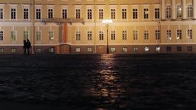 Ansicht des Palastquadrats in St Petersburg in der Nacht Schattenbilder von Paaren stock video