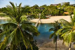 Ansicht des Parks und der H?ngebr?cke der Insel von Sentosa lizenzfreies stockbild