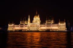 Ansicht des Parlaments von der Donau nachts Lizenzfreies Stockbild