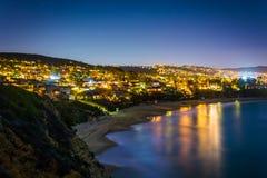 Ansicht des Pazifischen Ozeans und des Laguna Beach nachts stockfotografie
