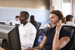 Ansicht des Personals im beschäftigten Kunden-Kundendienst Lizenzfreie Stockfotografie
